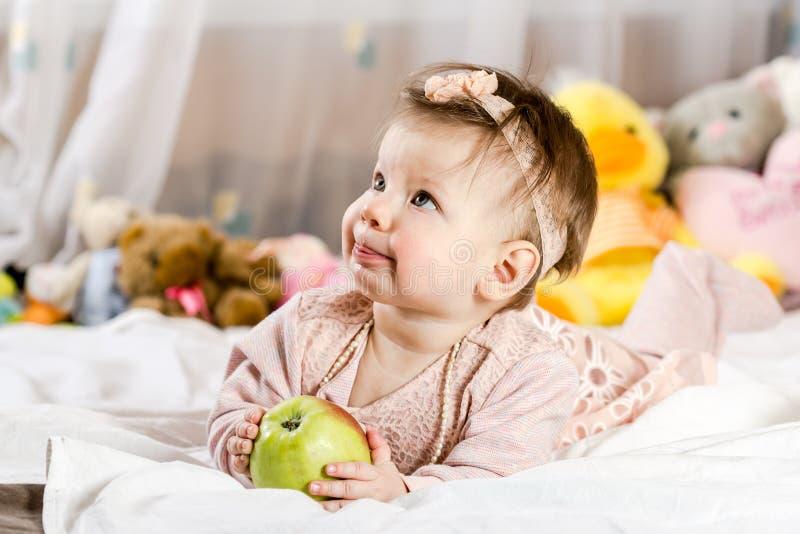 Bella ragazza di neonato con la mela fotografia stock