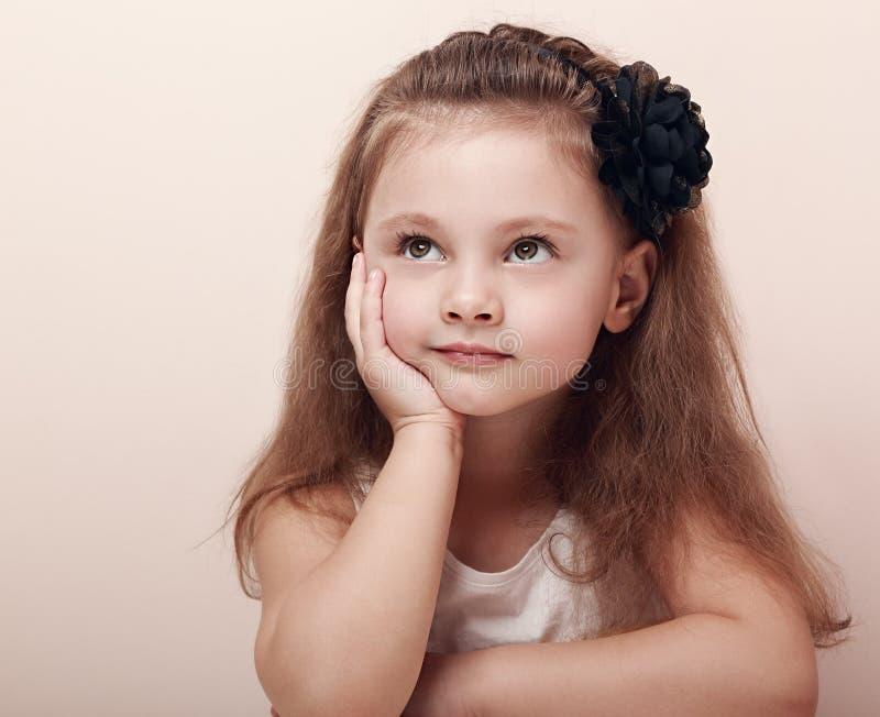 Bella ragazza di pensiero del bambino con il sogno degli occhi immagine stock