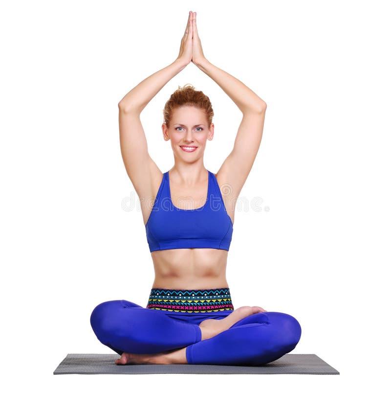 Bella ragazza di yoga che si siede nel siddhasana immagini stock libere da diritti
