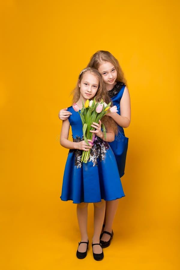 Bella ragazza due con un mazzo dei fiori fotografia stock libera da diritti
