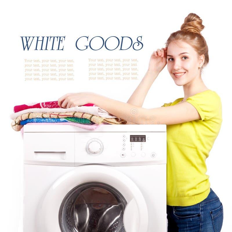 Bella ragazza e una lavatrice isolata fotografia stock