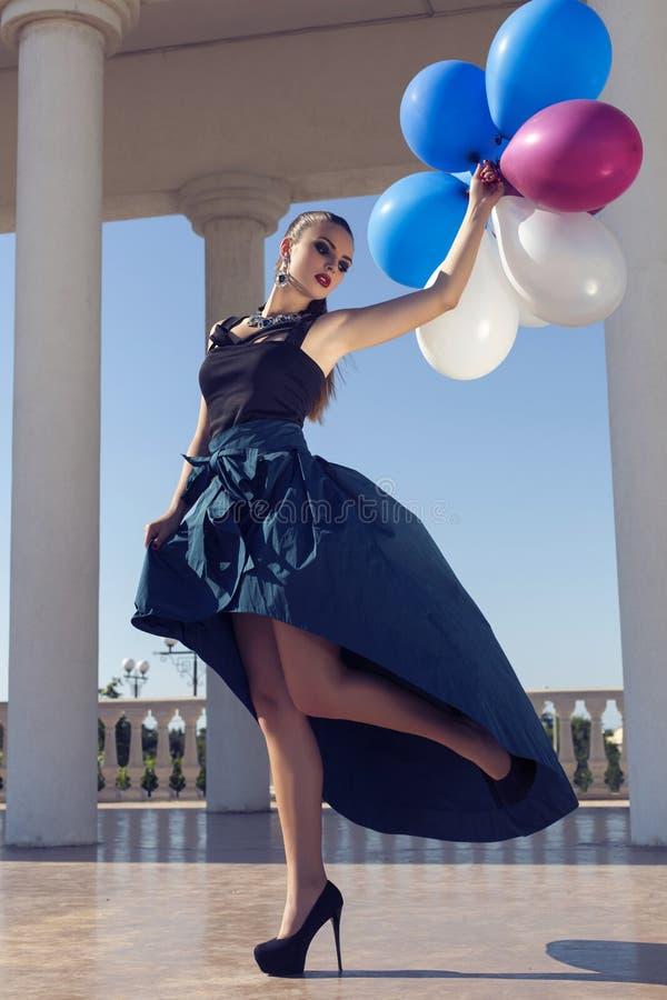 Bella ragazza elegante con capelli scuri con i baloons variopinti immagine stock