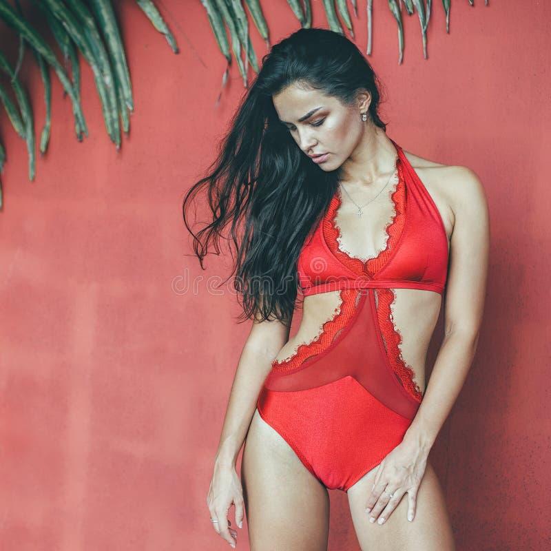 Bella ragazza esile in ritratto all'aperto di modo di bodywear rosso immagini stock libere da diritti
