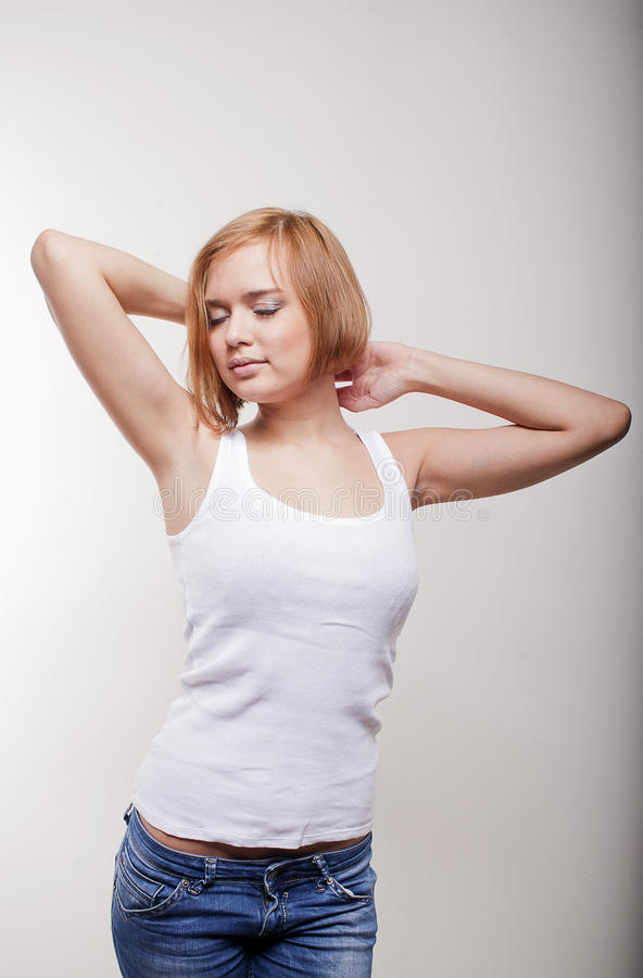 Bella ragazza fair-haired in una maglietta bianca immagine stock