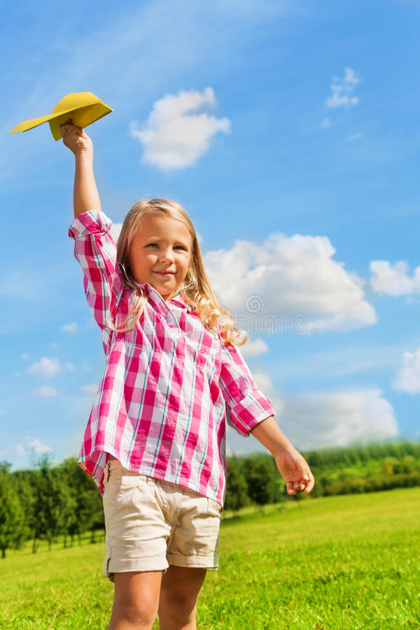 Bella ragazza felice con l'aereo di carta fotografie stock