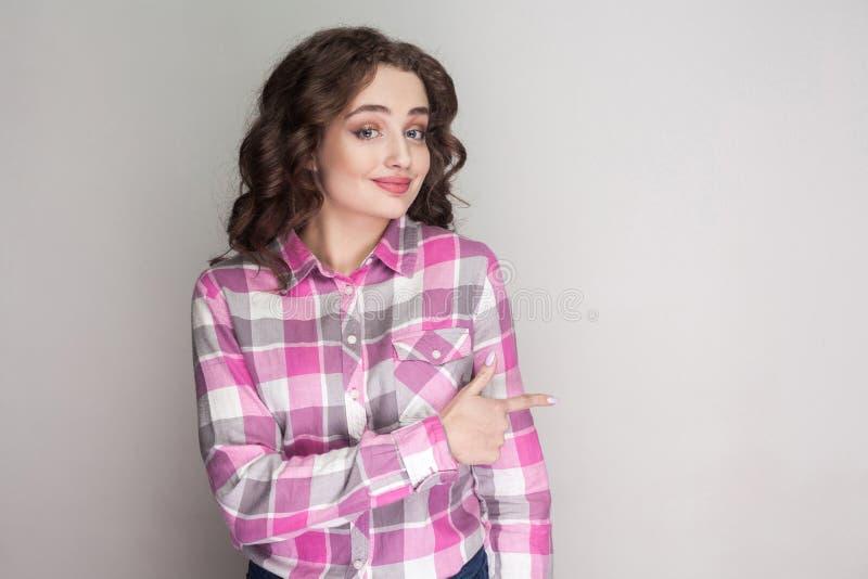 Bella ragazza felice con la camicia a quadretti rosa, acconciatura riccia immagine stock libera da diritti