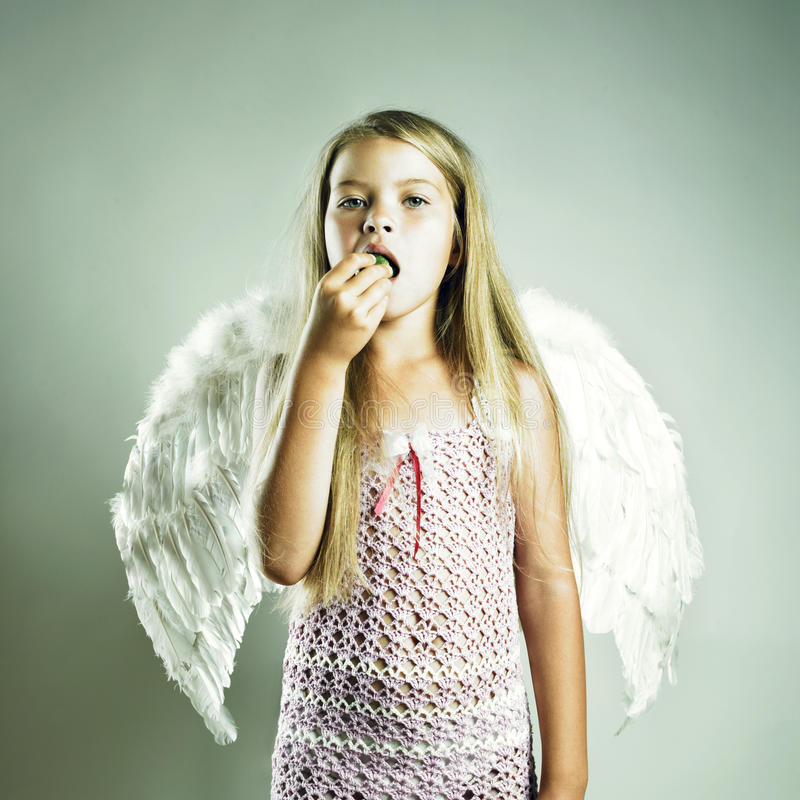 Bella ragazza felice con le ali di angelo fotografia stock