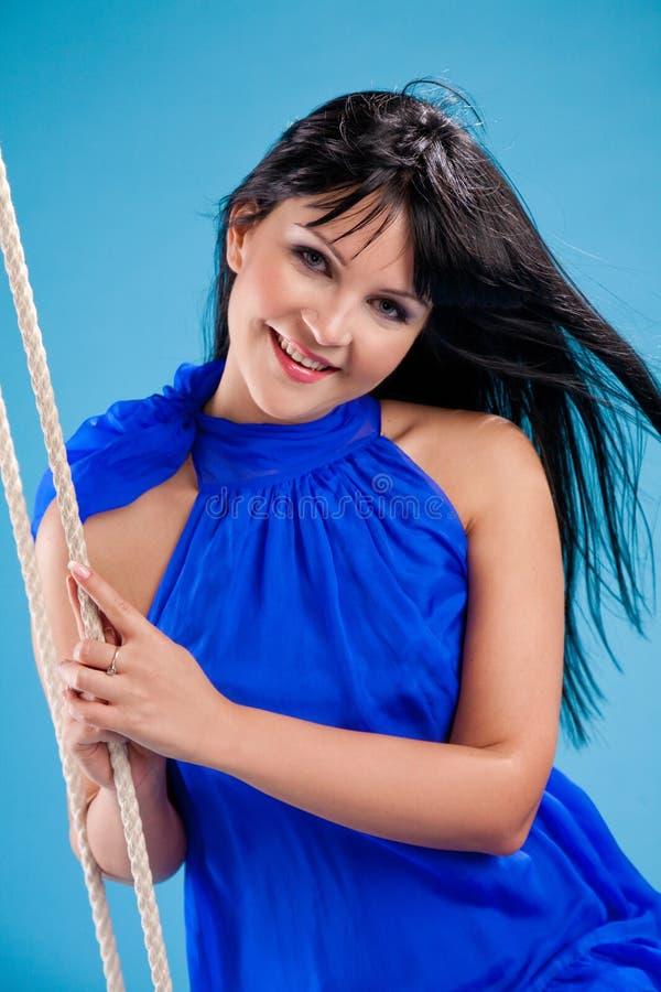 Bella ragazza felice del brunette in stduio immagine stock libera da diritti