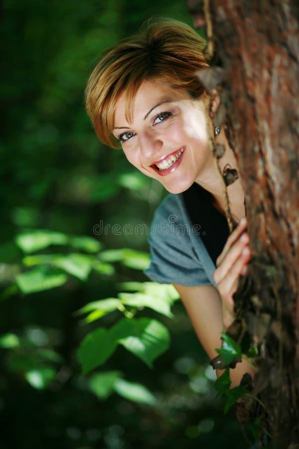 Bella ragazza felice in foresta fotografia stock libera da diritti