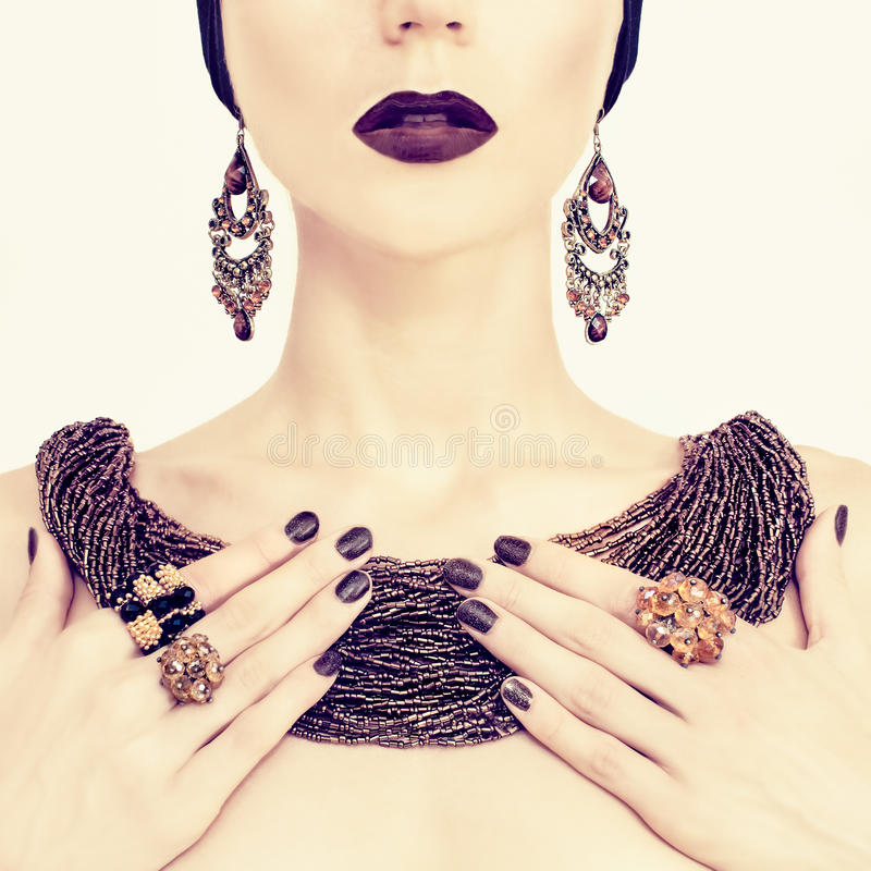Bella ragazza in gioielli alla moda fotografie stock libere da diritti