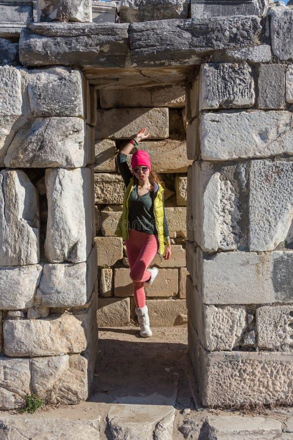 Bella ragazza greca che tiene una nave antica nel teatro antico dell'isola di Thassos, Grecia immagine stock libera da diritti