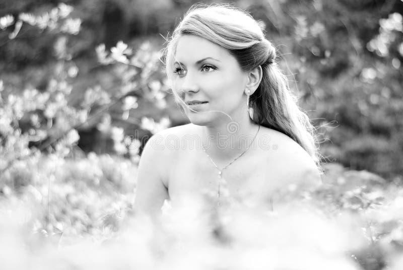Bella ragazza in legno fra lo strato verde fotografia stock libera da diritti