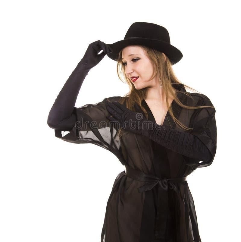 Bella ragazza nei guanti black hat e neri neri della tunica, fotografia stock libera da diritti