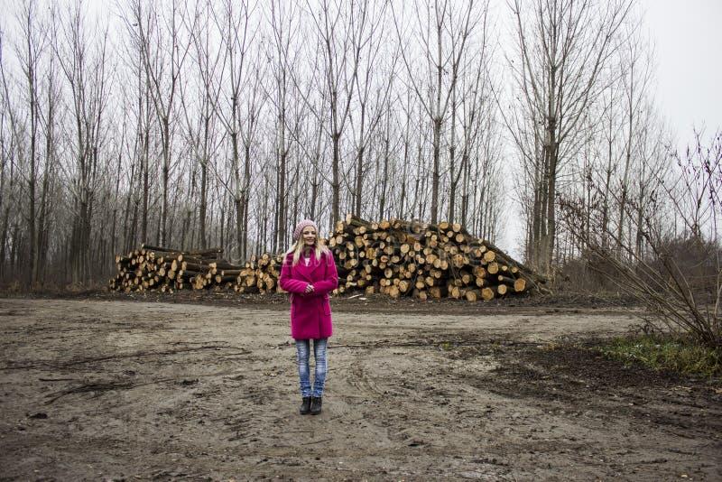 Bella ragazza nel legno fotografia stock