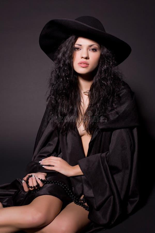 Download Bella ragazza nel nero fotografia stock. Immagine di lungo - 7303318