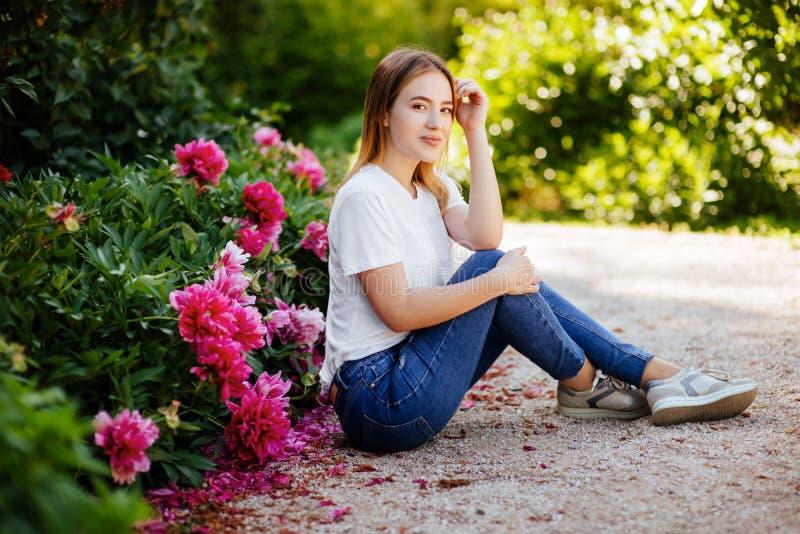 Bella ragazza nel parco immagini stock