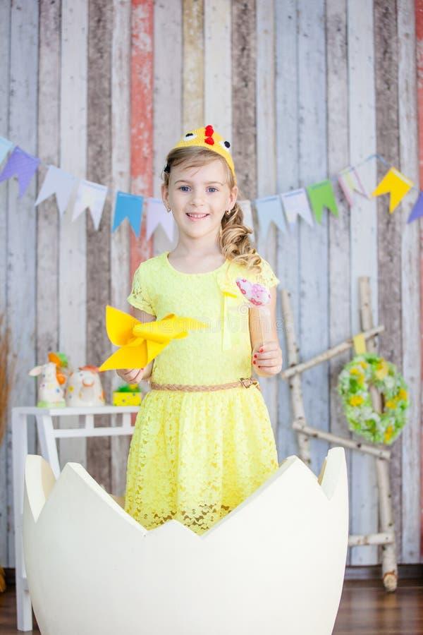 Bella ragazza nel vestito giallo da pasqua fotografie stock libere da diritti