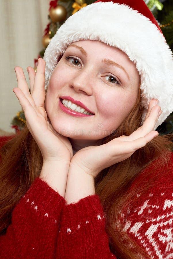 Bella ragazza nella decorazione di natale Interno, albero di abete e regali domestici Vigilia del nuovo anno e concetto di vacanz immagine stock