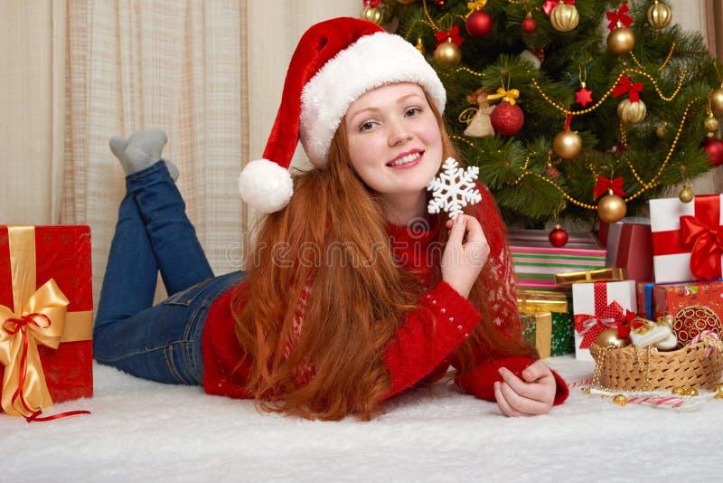 Bella ragazza nella decorazione di natale Interno della casa con l'albero ed i regali di abete decorati Vigilia del nuovo anno e  immagini stock