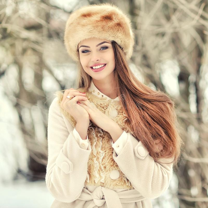 Bella ragazza nella fine di inverno su fotografie stock libere da diritti