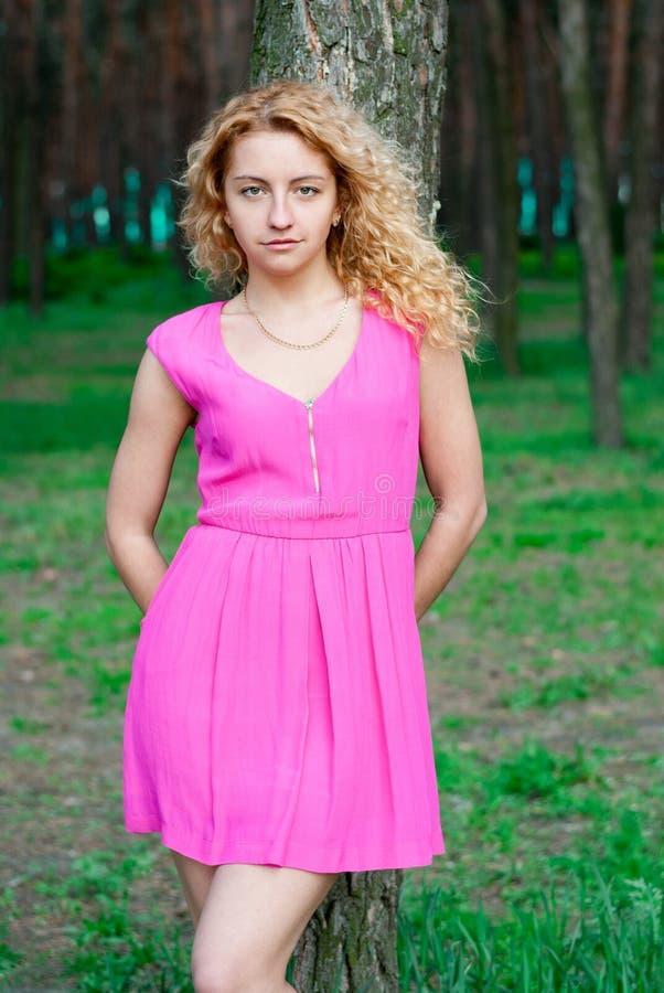 Bella ragazza nella foresta fotografie stock