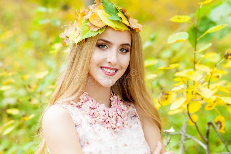 Bella ragazza nella foresta di autunno immagine stock libera da diritti