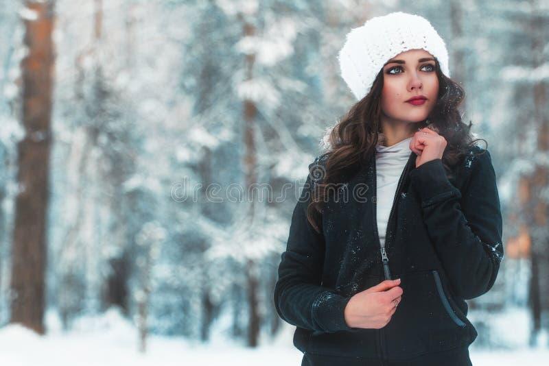 Bella ragazza nella foresta di inverno immagine stock