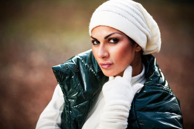 Bella ragazza nella posizione bianca dei guanti e del cappello fotografia stock libera da diritti