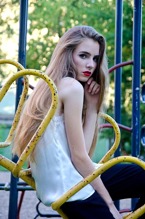 Bella ragazza nella vecchia iarda immagine stock