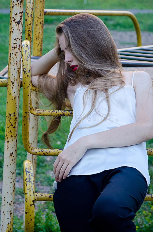 Bella ragazza nella vecchia iarda fotografia stock
