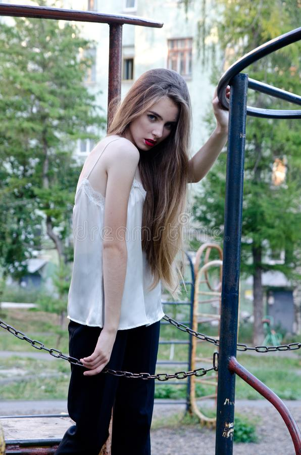 Bella ragazza nella vecchia iarda fotografie stock