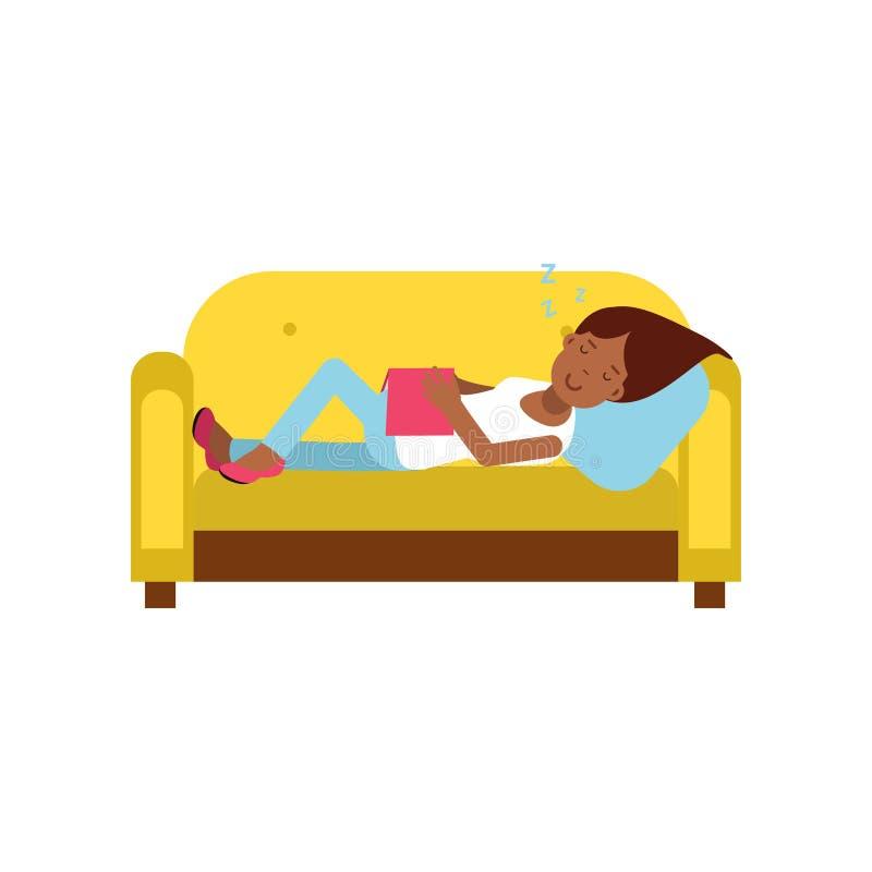 Bella ragazza nera che dorme sul sofà giallo con il libro, illustrazione di rilassamento di vettore del fumetto della persona illustrazione di stock