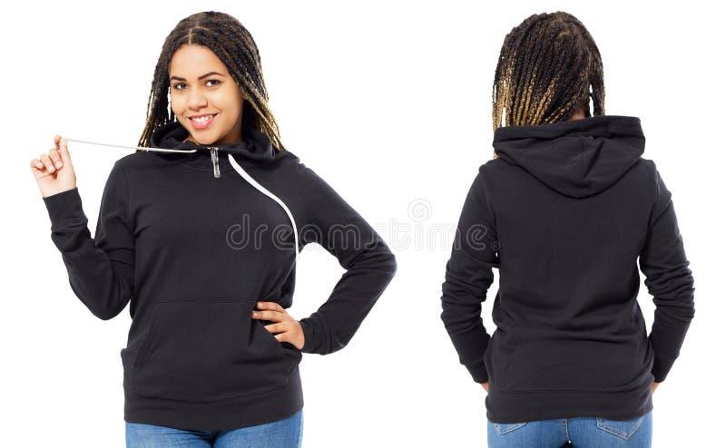 Bella ragazza nera felice nella parte anteriore della maglietta felpata e nella derisione posteriore di vista su fotografia stock