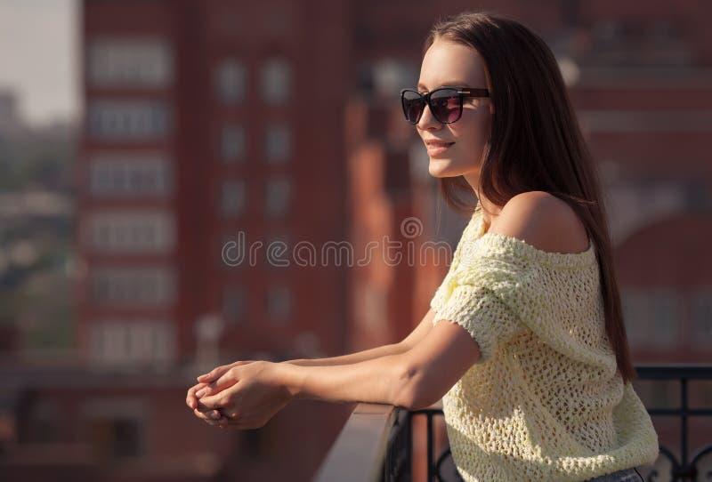 Bella ragazza in occhiali da sole che gode della freschezza immagini stock libere da diritti
