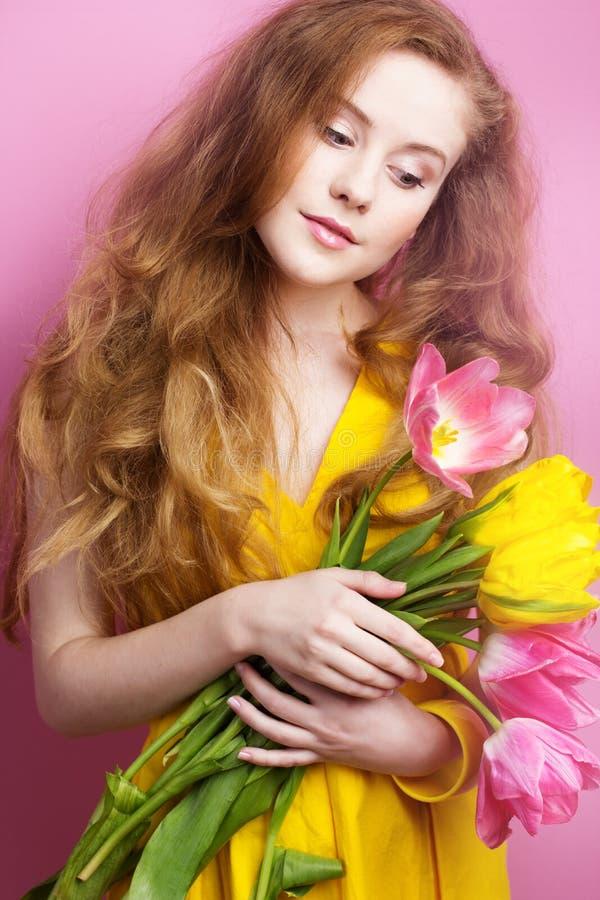 Bella ragazza redheared con il mazzo dei tulipani immagine stock