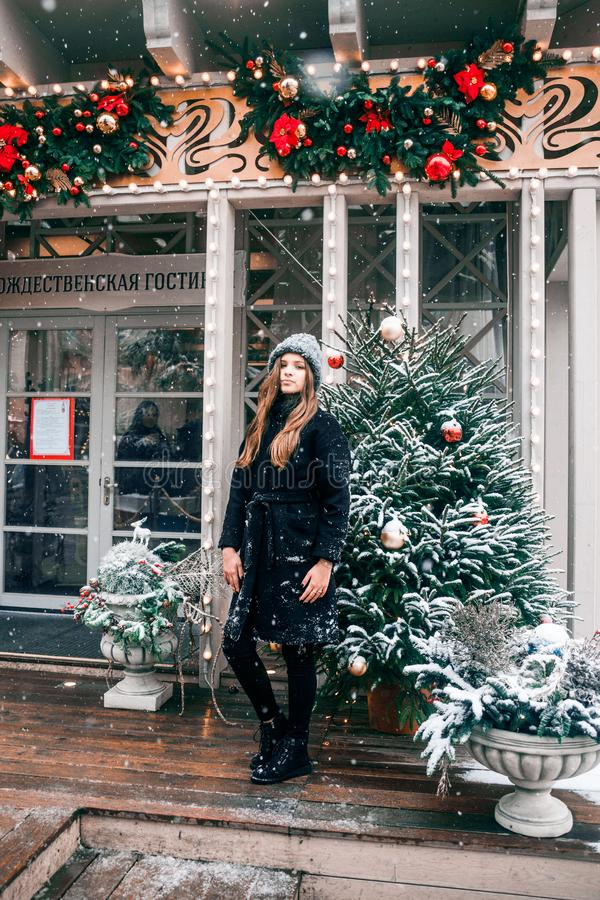 Bella ragazza russa che cammina nel quadrato di Tverskaya nel tempo di Natale fotografie stock