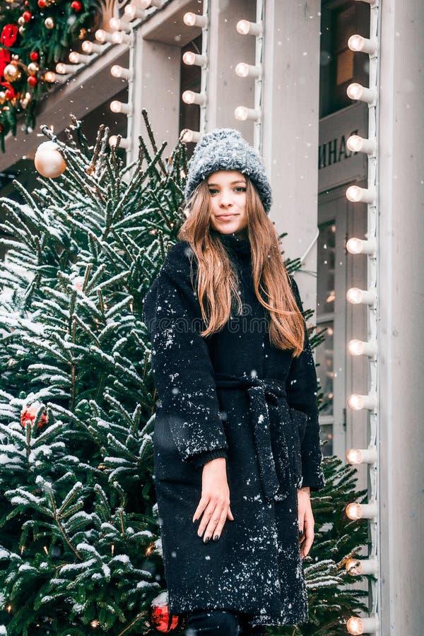 Bella ragazza russa che cammina nel quadrato di Tverskaya nel tempo di Natale fotografie stock libere da diritti