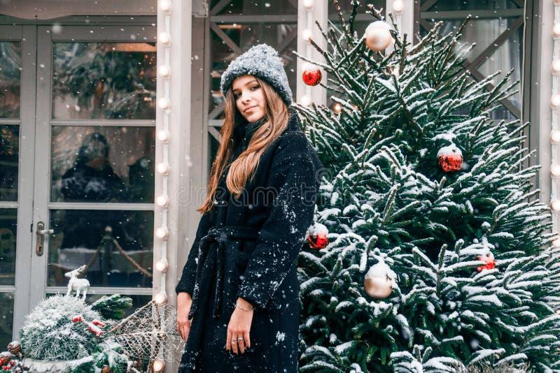 Bella ragazza russa che cammina nel quadrato di Tverskaya nel tempo di Natale immagini stock