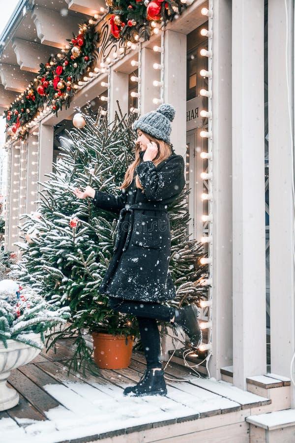 Bella ragazza russa che cammina nel quadrato di Tverskaya nel tempo di Natale immagini stock libere da diritti