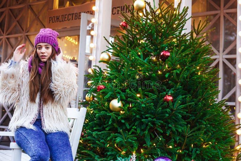 Bella ragazza russa che cammina nel quadrato di Tverskaya nel tempo di Natale immagine stock