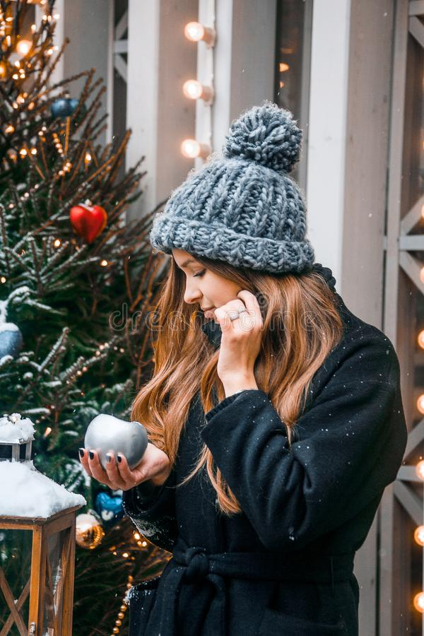 Bella ragazza russa in un giorno della nuvola nell'inverno che cammina nel quadrato di Tverskaya nel tempo di Natale immagini stock