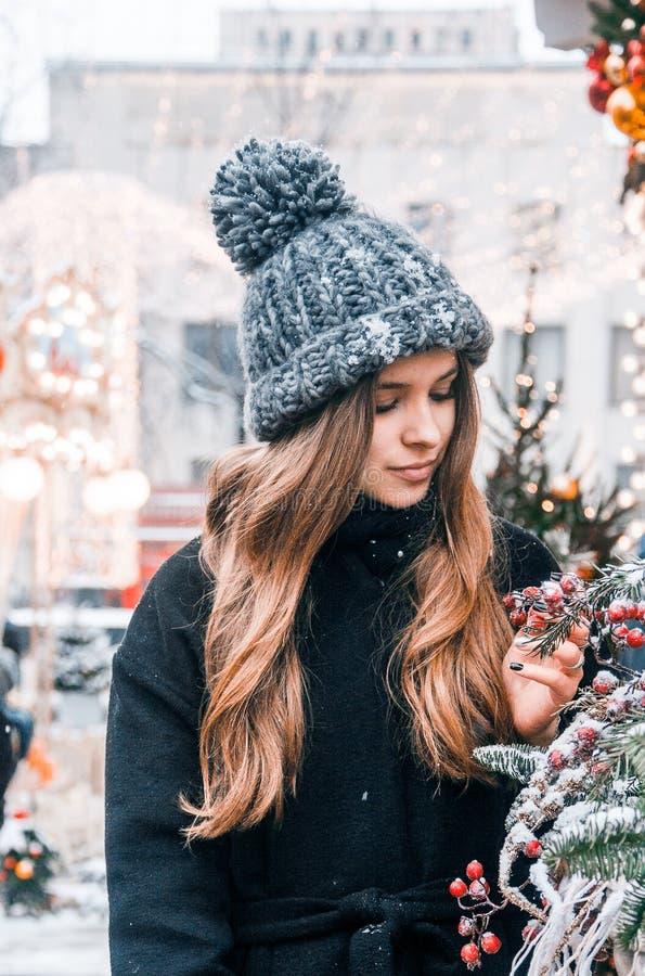 Bella ragazza russa in un giorno della nuvola nell'inverno che cammina nel quadrato di Tverskaya nel tempo di Natale immagine stock libera da diritti