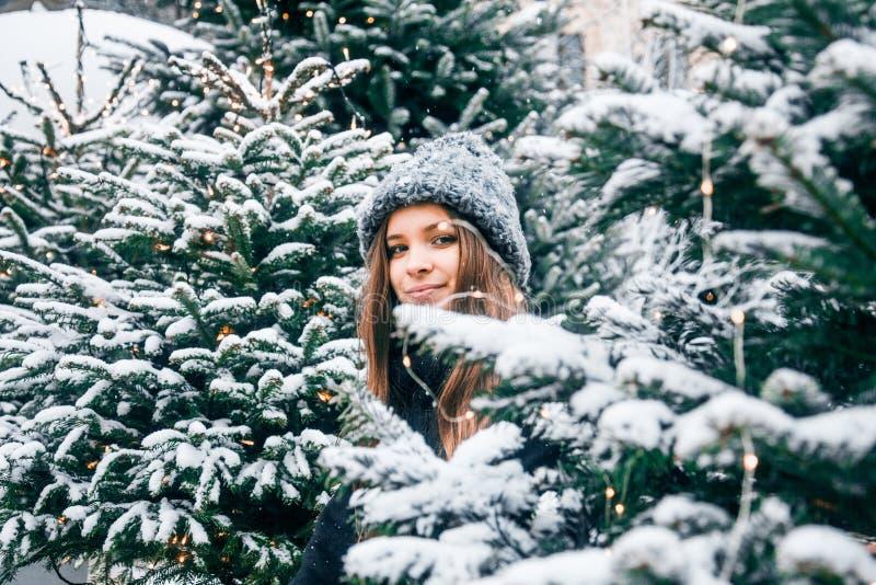 Bella ragazza russa in un giorno della nuvola nell'inverno che cammina nel quadrato di Tverskaya nel tempo di Natale fotografia stock libera da diritti