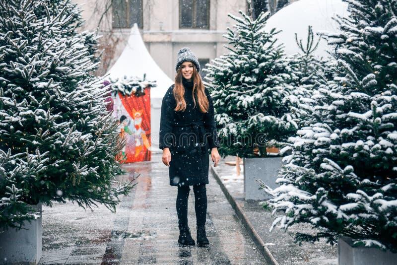 Bella ragazza russa in un giorno della nuvola nell'inverno che cammina nel quadrato di Tverskaya nel tempo di Natale immagine stock