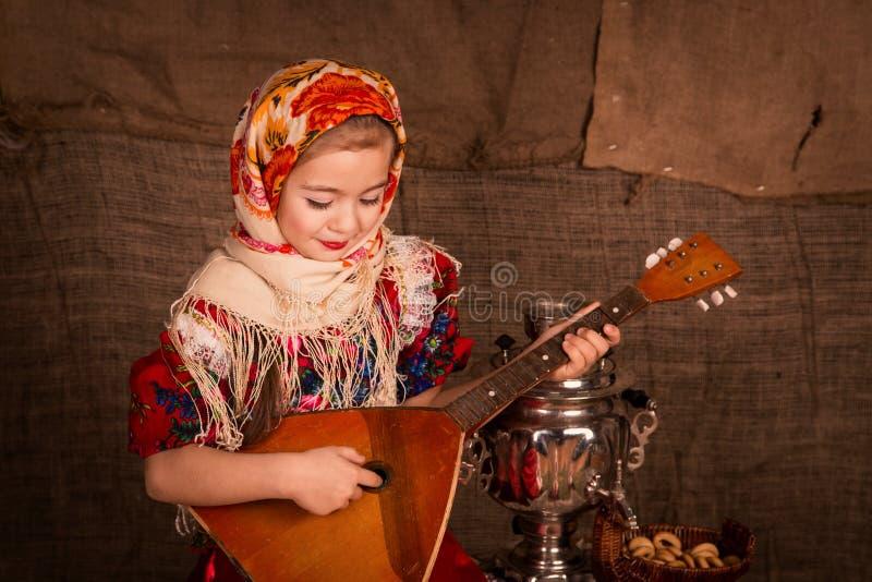 Bella ragazza russa in uno scialle fotografia stock libera da diritti