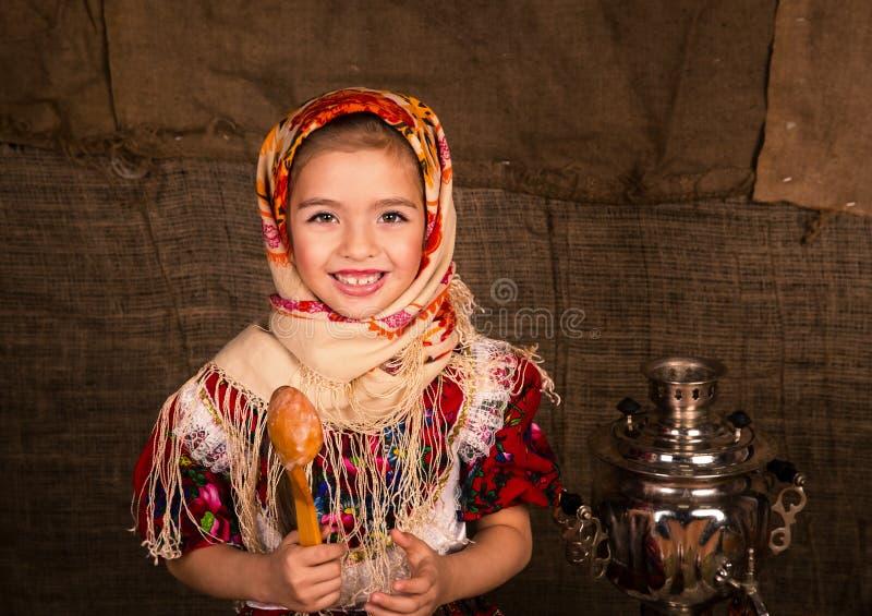 Bella ragazza russa in uno scialle fotografia stock