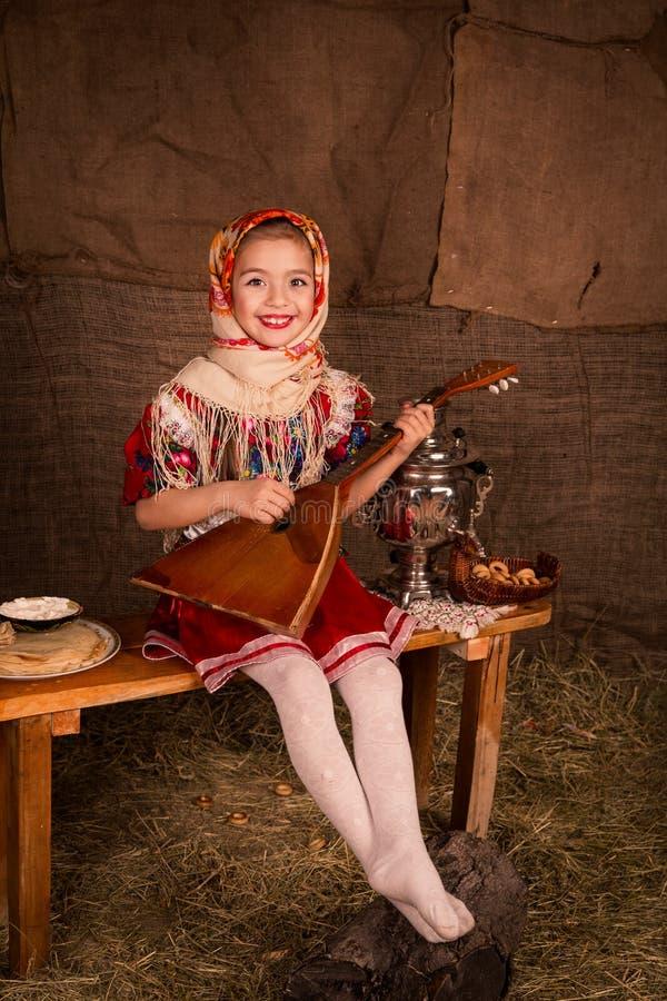 Bella ragazza russa in uno scialle fotografie stock libere da diritti