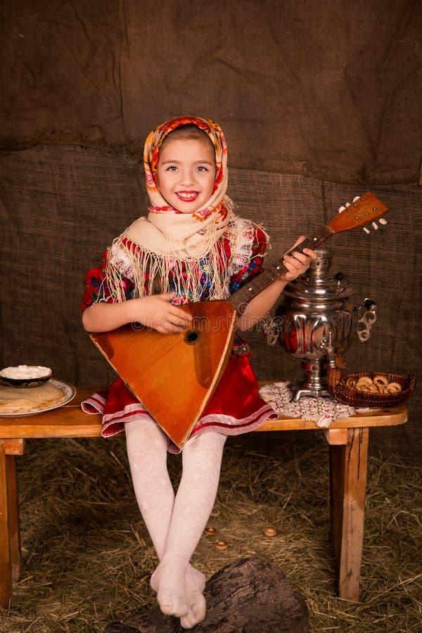Bella ragazza russa in uno scialle fotografie stock