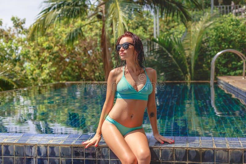 bella ragazza seducente nella seduta del bikini immagine stock