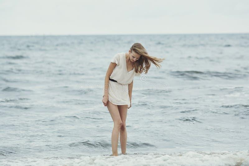 Bella ragazza sensuale in ritratto dell'acqua immagine stock libera da diritti